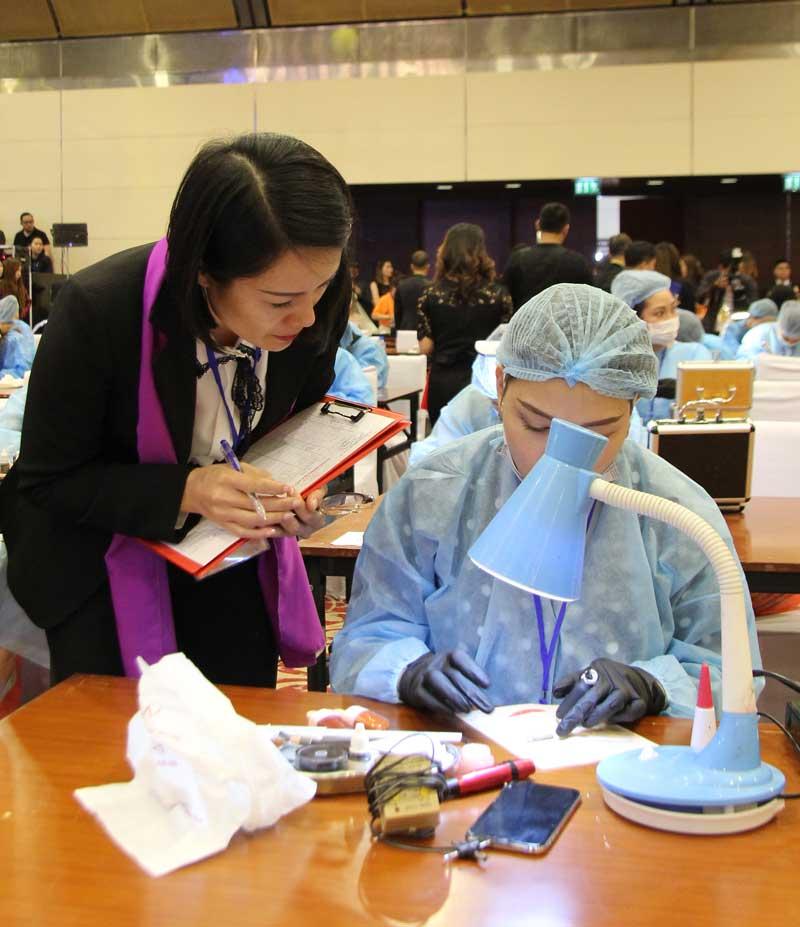 Thủy Heli châm thi Phun xăm thẩm mỹ tại Đại hội làm đẹp Quốc tế