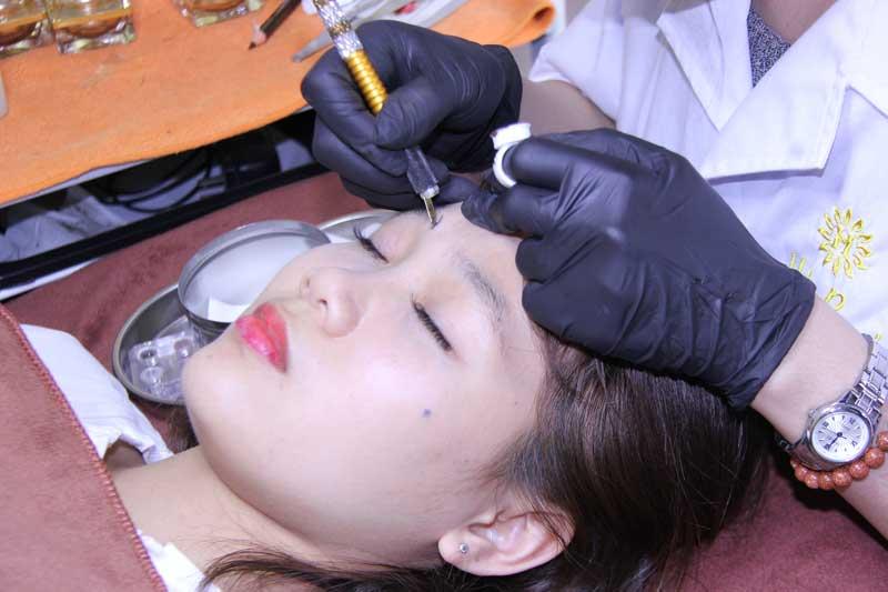 Phụ nữ hiện đại chọn dịch vụ phun xăm thẩm mỹ để có khuôn mặt cân đối hơn