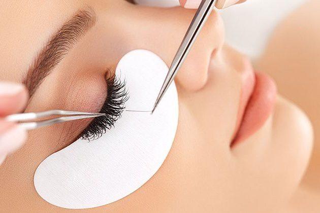 Nối mi là quá trình người thợ sử dụng sự khéo léo của mình để nối lông mi dài ra tạo thêm độ sâu cho mắt