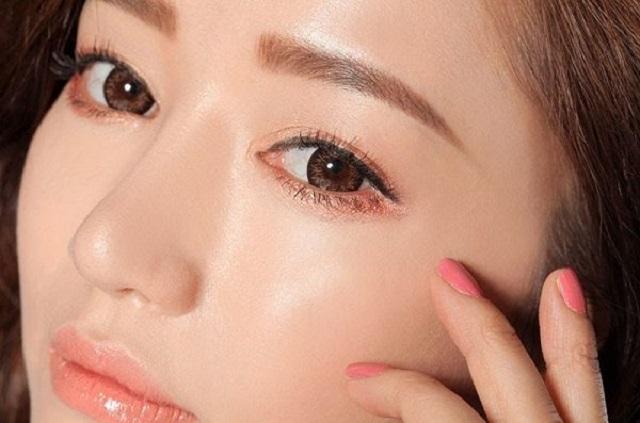Phun mí mắt chuyên nghiệp giúp đôi mắt đẹp tự nhiên.