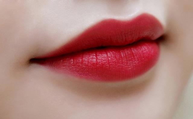 Phun môi giữa cho đôi môi luôn đẹp và tươi tắn